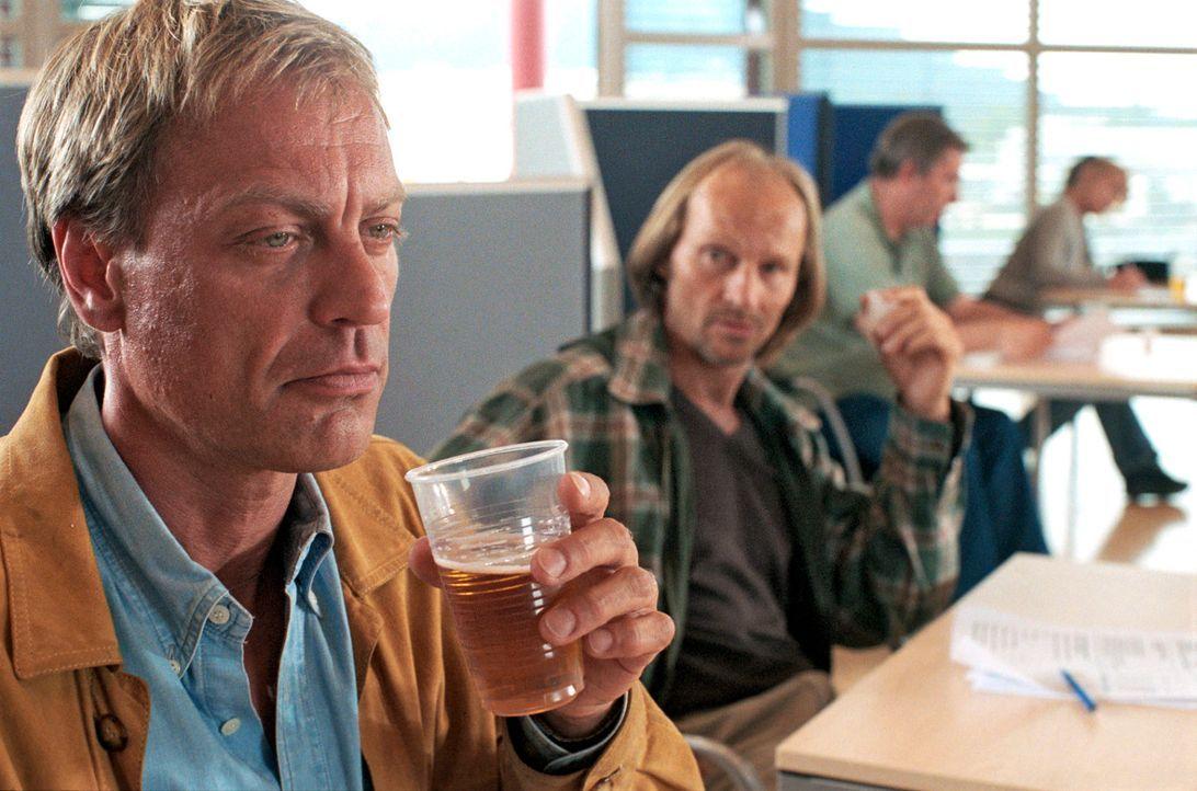 Bei einem Experiment, wie sich Alkoholkonsum auf verschiedene Menschen auswirkt, erleidet der Murnauer Journalist Peter Kiesel (Michael Preiss, l.)... - Bildquelle: Hans Seidenabel Sat.1