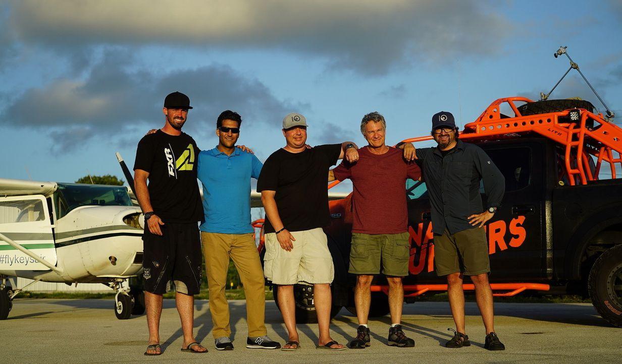 (v.l.n.) Ricky, Pilot Peter Bruno, Chris, Sturmjäger Jim Edds und Greg wagen sich in die Lüfte und genießen den Blick über Florida ...