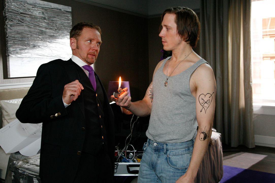 Gina und Carlo (Mathias Kahler-Polagnoli, l.) werden misstrauisch über Dieter Krauses (Timo Jacobs, r.) Identität , als sie dessen Tattoos sehen ... - Bildquelle: SAT.1
