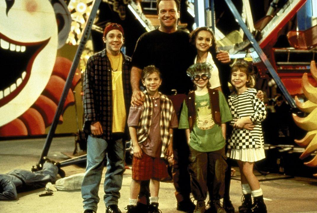 Franklin (Tom Arnold, M.) entführt die entführten Kinder zu ihrer größten Freude aufs Volksfest ... ... - Bildquelle: Warner Bros.