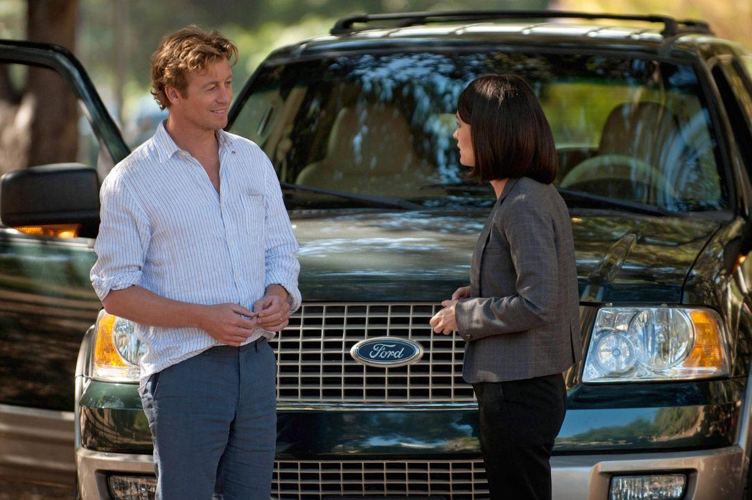 Rückblick: Patrick Jane (Simon Baker, l.) steht dem CBI-Team um Teresa Lisbon (Robin Tunney, r.) zum ersten Mal bei der Aufklärung eines Falles zu... - Bildquelle: Warner Bros. Television