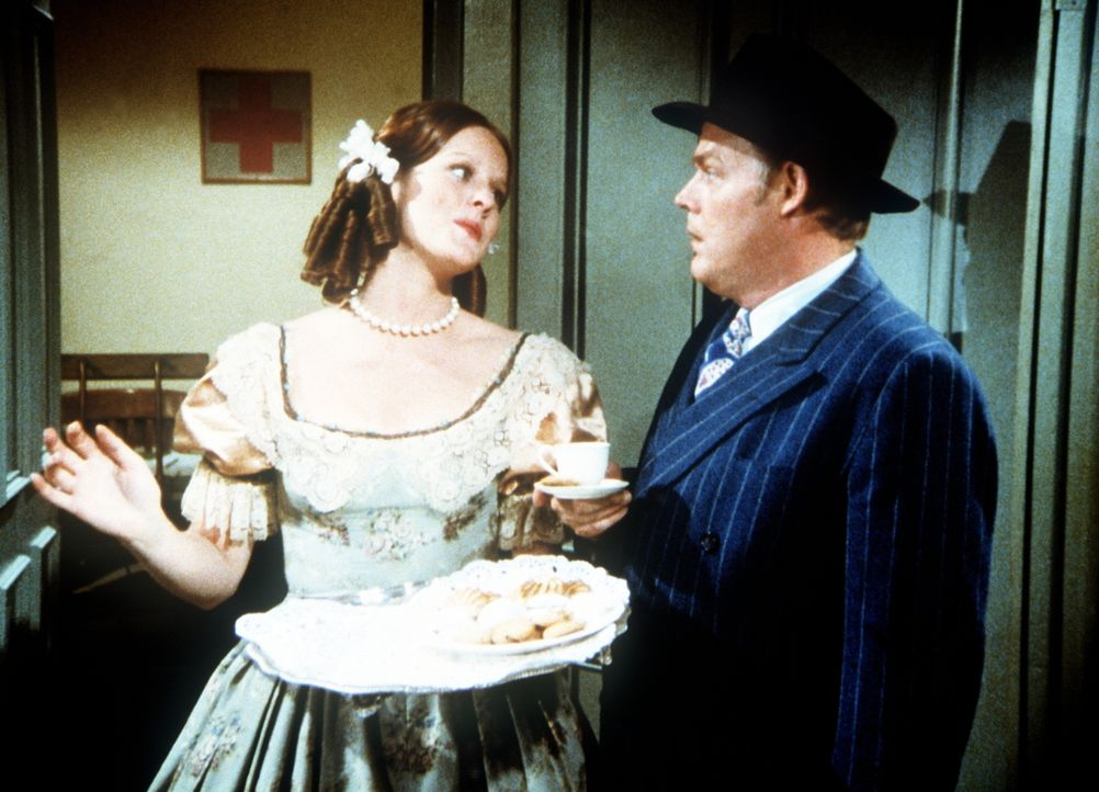Erin (Mary Beth McDonough, l.) bietet als Südstaatlerin verkleidet ihrem Chef Pickett (Lewis Arquette, r.) Kekse an. - Bildquelle: WARNER BROS. INTERNATIONAL TELEVISION