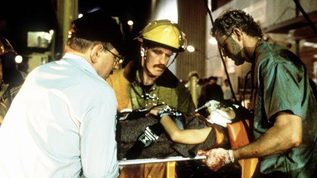 Nur mit einer Notoperation ist es Dr. Jim Betts (David Morse, r.) möglich, da...