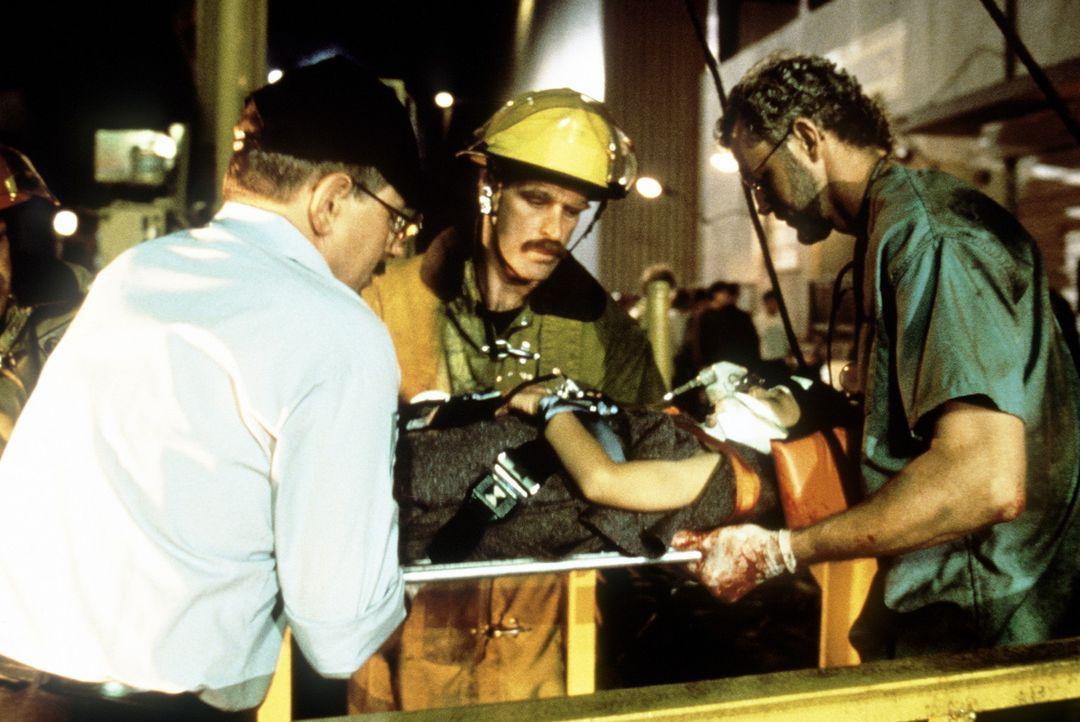 Nur mit einer Notoperation ist es Dr. Jim Betts (David Morse, r.) möglich, das Leben des kleinen Julio Beruman (Jeffrey Licon, 2.v.r.) zu retten ... - Bildquelle: Columbia Pictures Television
