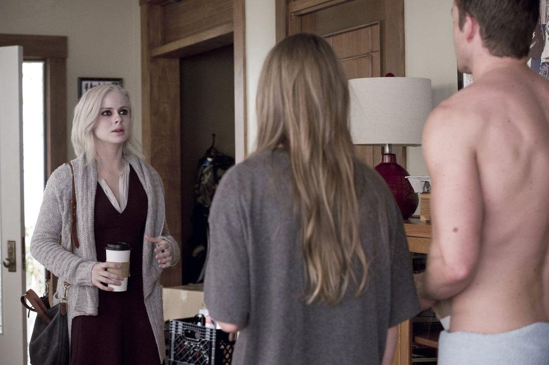 Eine unangenehmere Situation könnte es fast nicht geben: Während Liv (Rose McIver, l.) bei Major (Robert Buckley, r.) vorbeischaut, trifft sie ausge... - Bildquelle: Warner Brothers