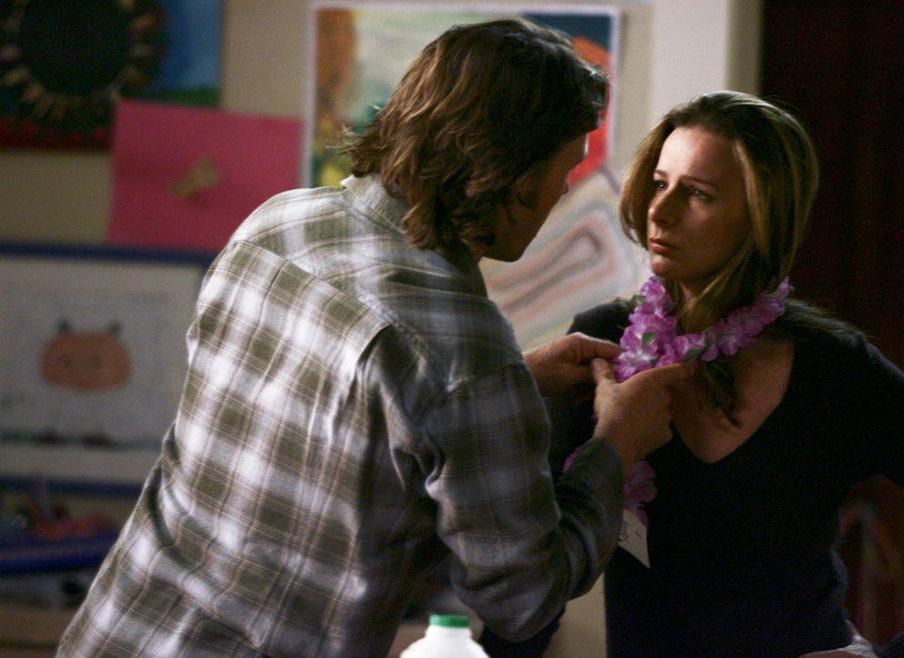 Joe (John Pyper-Ferguson, l.) versucht seine Frau Sarah (Rachel Griffiths, r.) etwas aufzumuntern ... - Bildquelle: Disney - ABC International Television