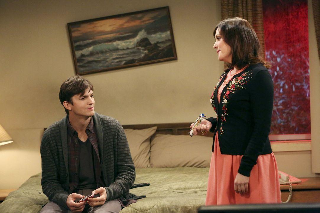 Alan und Lyndsey wiegen sich mit ihrer Affäre in Sicherheit, doch dann stellt sich heraus, dass der misstrauische Larry einen Privatdetektiven engag... - Bildquelle: Warner Bros. Television