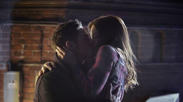 Sind glücklich miteinander: Vincent (Jay Ryan, l.) und Cat (Kristin Kreuk, r....