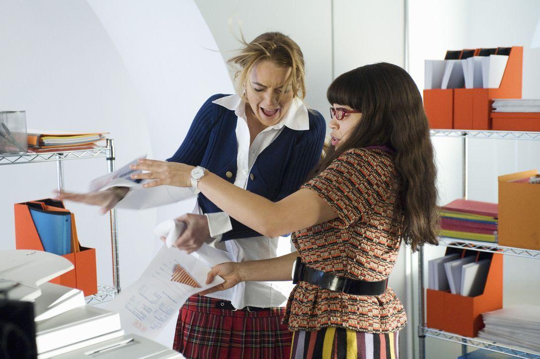 Weil Betty (America Ferrera, r.) davon überzeugt ist, dass sich Kimmie (Lindsay Lohan, l.) geändert hat, unterstützt sie sie nach Kräften ... - Bildquelle: 2008   ABC Studios