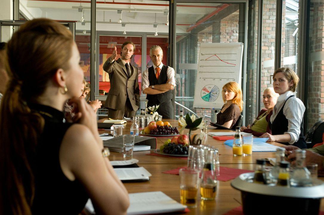 Als ihr Boss (Norbert Ghafouri, hinten r.) den neuen Chefredakteur vorstellt, traut Mia (Felicitas Woll, r.) ihren Augen nicht. Es ist Edgar (Matthi... - Bildquelle: SAT.1
