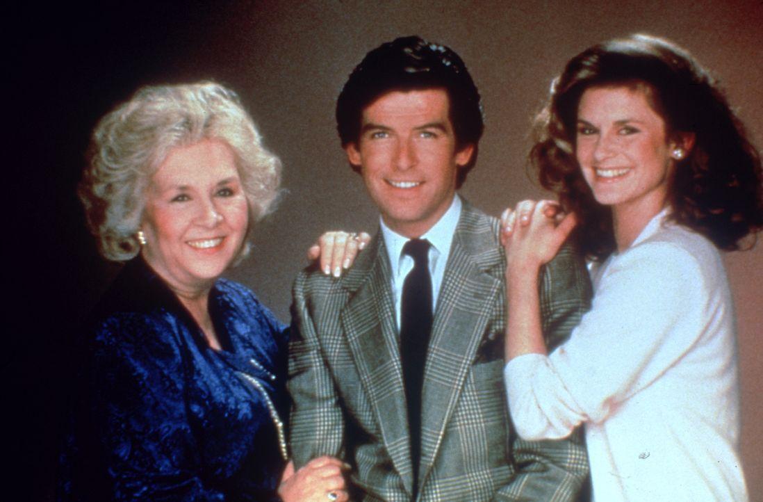 (1.Staffel) - Remington Steele - ein ganz besonderes Team: Laura Holt (Stephanie Zimbalist, r.), Remington Steele (Pierce Brosnan, M.) und Mildred Krebs (Doris Roberts, l.)
