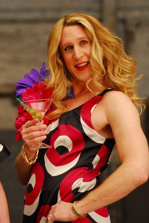 Während Meteore und Erdbeben die Stadt in Gefahr bringen, schlürft Carrie (Jason Boegh) genüsslich ihren Cocktail ... - Bildquelle: Constantin Film Verleih