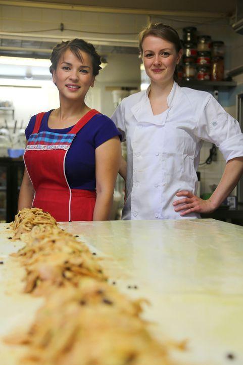 Zusammen mit Sonja (r.) reist Rachel Khoo (l.) zurück in ihre kulinarische Kindheit und zaubert Apfelstrudel ... - Bildquelle: Richard Hill BBC 2013