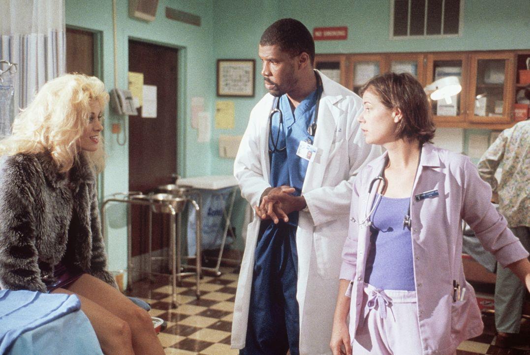 Peinlich für die Patientin: Sie muss sich Geldscheine aus einer intimen Stelle entfernen lassen. Benton (Eriq LaSalle, l.) und Abby (Maura Tierney,... - Bildquelle: TM+  2000 WARNER BROS.