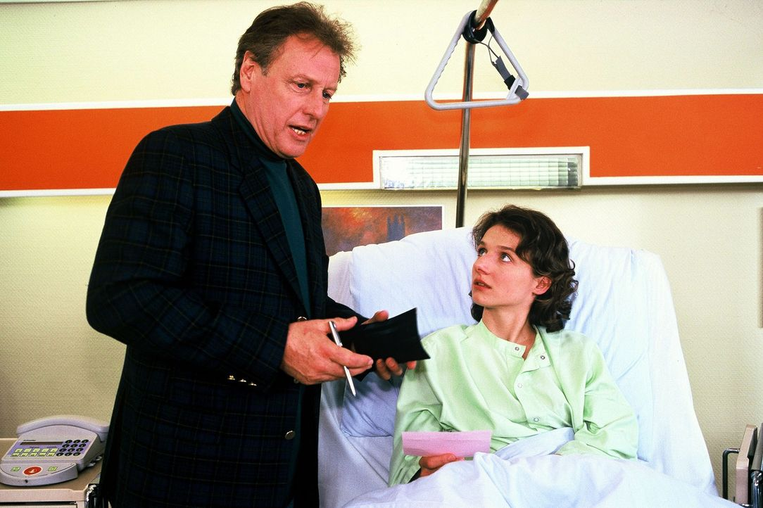 Henry Colmar (Gerhard Lippert, l.) glaubt, dass er die junge Studentin Hanne Joswig (Christine Große, r.) bei einem Autounfall verletzt hat. Er war... - Bildquelle: Noreen Flynn Sat.1
