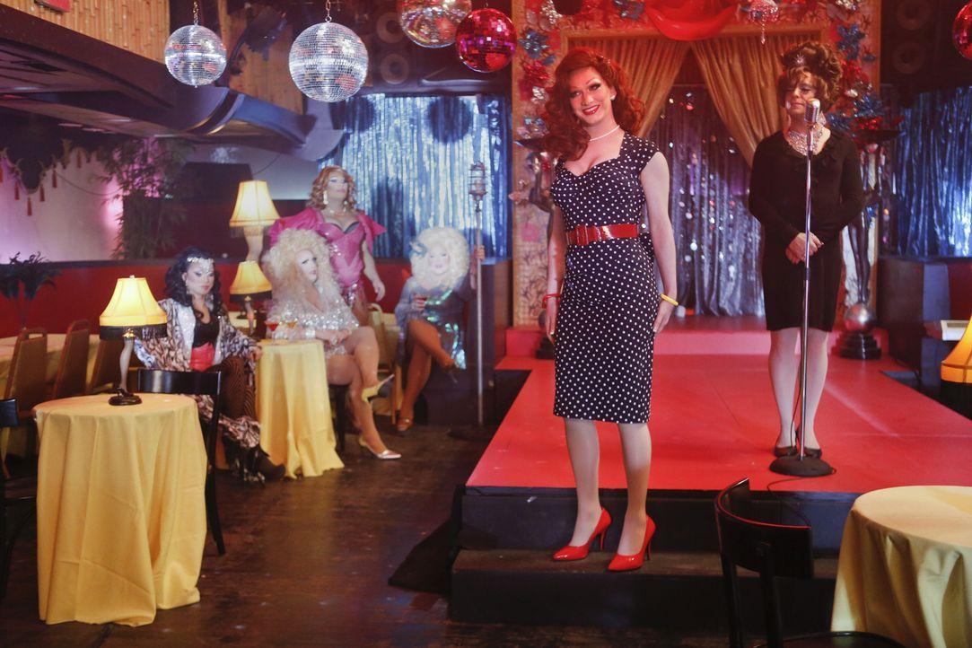 Als Danny und Baez eine Drag-Bar betreten, in der die ermordete Drag Queen Tiffany Lamp aufgetreten sein soll, treffen sie dort auf ihre Freundin Ta... - Bildquelle: 2013 CBS Broadcasting Inc. All Rights Reserved.