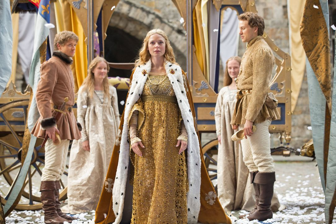 Die neue Königin Englands, Elizabeth (Rebecca Ferguson, M.), wird bereits von ihrem Volk erwartet ... - Bildquelle: 2013 Starz Entertainment LLC, All rights reserved