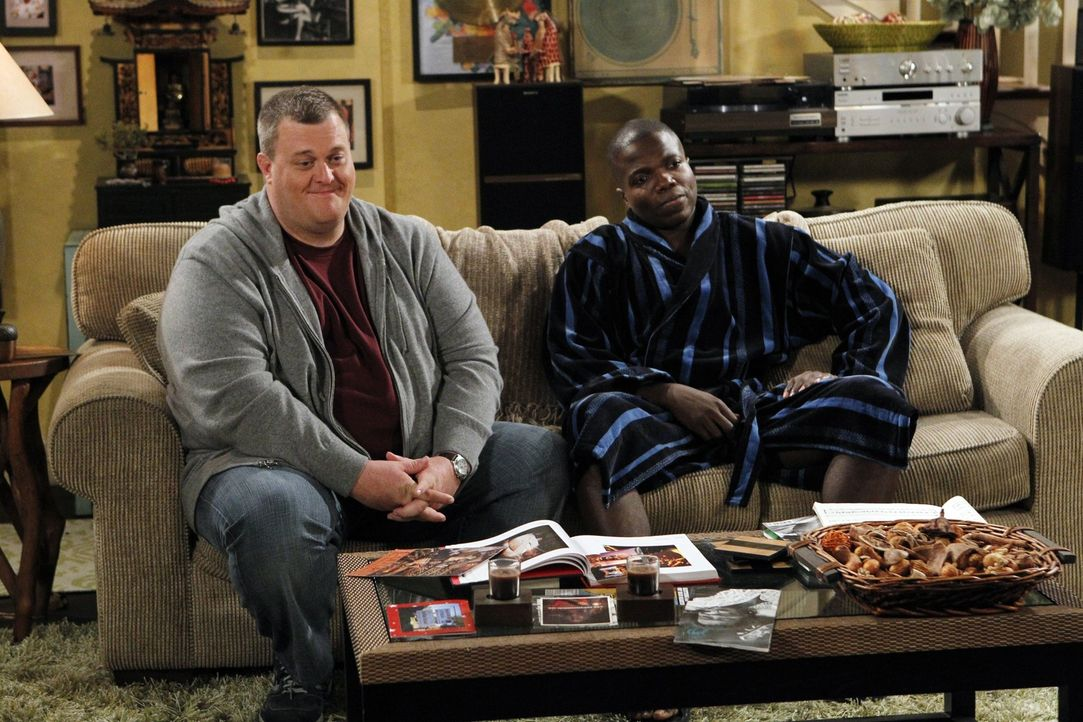 Gute Freunde: Mike (Billy Gardell, l.) und Carl (Reno Wilson, r.) ... - Bildquelle: Warner Bros. Television