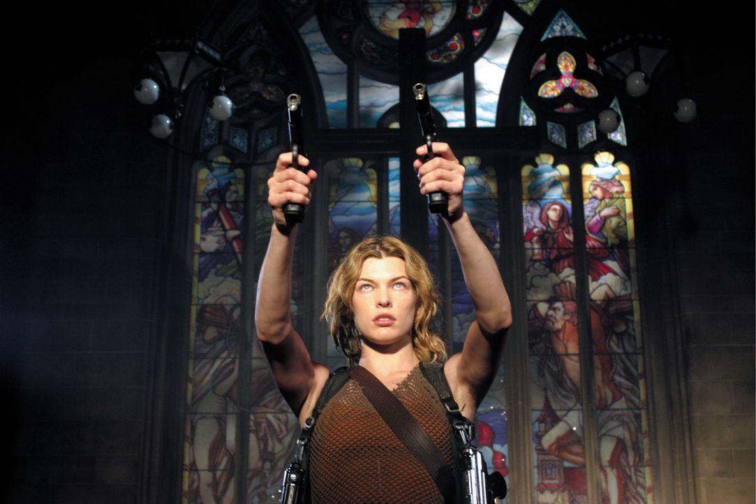 Alice (Milla Jovovich) hat einen starken Gegner: Nemesis, ein von der Umbrella Corporation gezüchteter Riesen-Mutant, der aber ziemlich viel mit ihr... - Bildquelle: Constantin Film