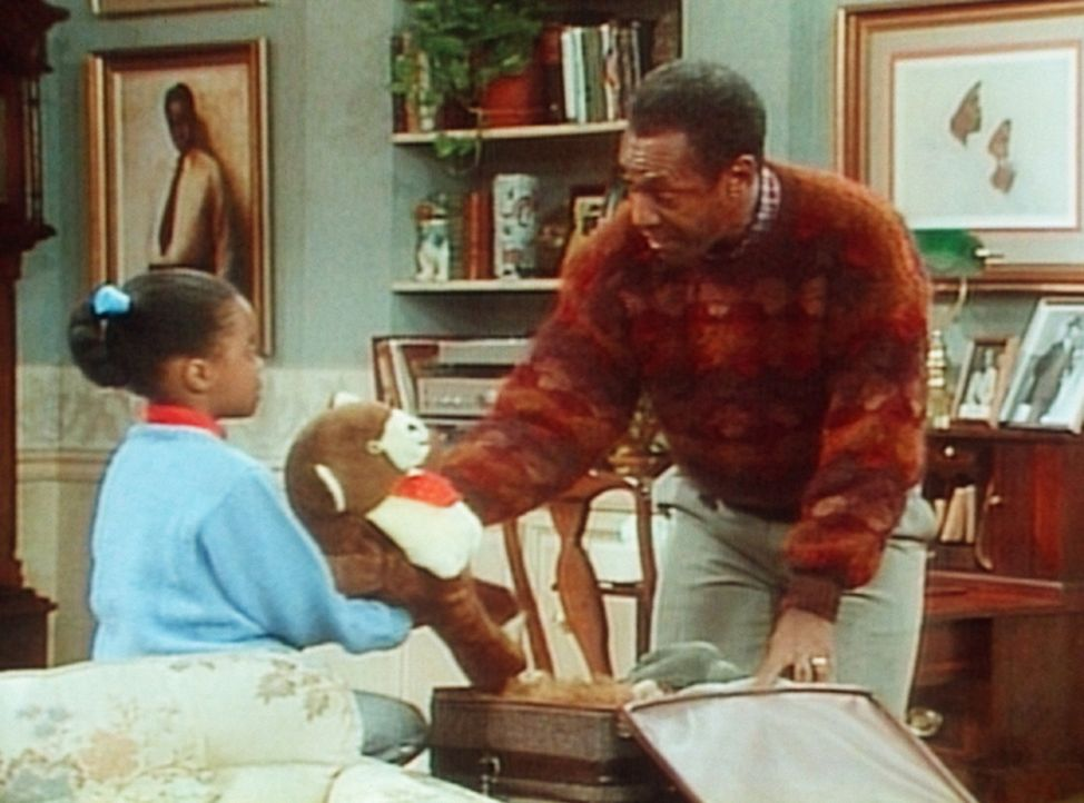 Cliff (Bill Cosby, r.) hilft seiner Tochter Rudy (Keshia Knight Pulliam, l.) beim Kofferpacken, denn sie verbringt die Nacht bei Oma und Opa. - Bildquelle: Viacom