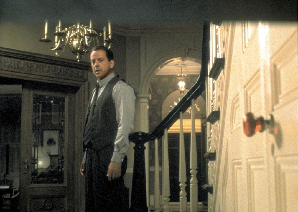 Nach dem Attentat hat Dr. Malcolm Crowe (Bruce Willis) das Gefühl, bei seinem ehemaligen Patienten versagt zu haben. Da lernt er den offensichtlich... - Bildquelle: Buena Vista Pictures