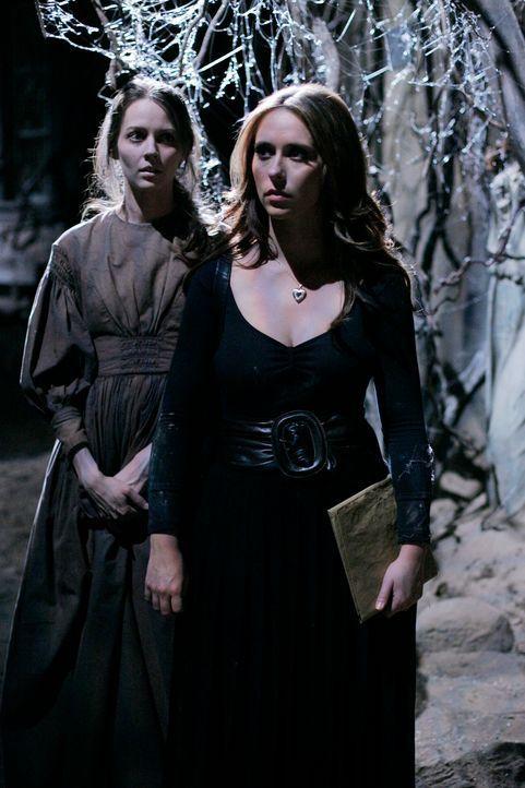 Der Geist der verstorbenen Tessa (Amy Acker, l.) bittet Melinda (Jennifer Love Hewitt, r.) um Hilfe ... - Bildquelle: ABC Studios