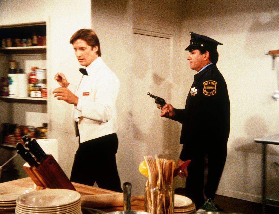 Lee (Bruce Boxleitner, l.) in Nöten: Er wird von seinem Widersacher in das Kühlhaus eingesperrt. - Bildquelle: CBS Television