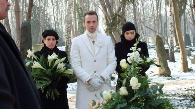 Am Grab von Britta versucht Hugo (Hubertus Regout, M.) stark zu sein. Kim (La...