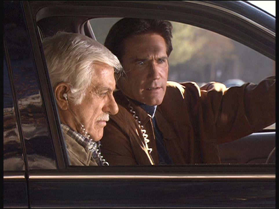 Dank einer Wanze hören Mark (Dick Van Dyke, l.) und Steve (Mark Van Dyke, r.) alles mit, so dass Elliot überführt werden kann. - Bildquelle: Viacom