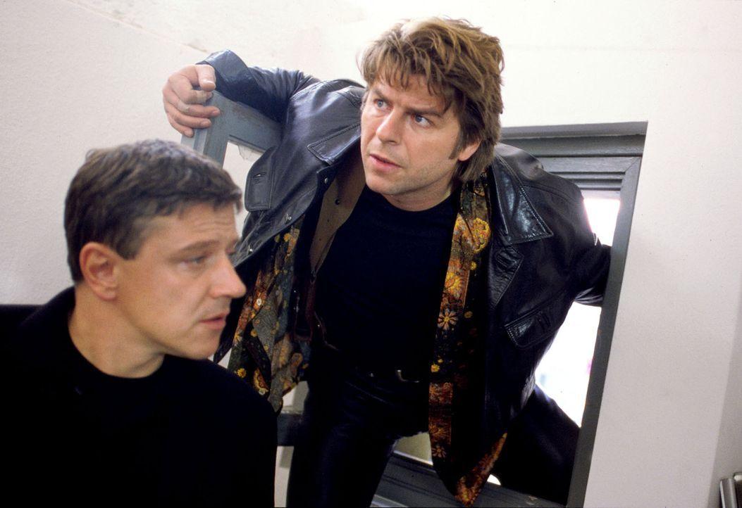 Jupp (Uwe Fellensiek, r.) und Taube (Christian M. Goebel, l.) steigen in die Wohnung des toten Robert Stamm ein ... - Bildquelle: Kerpensian Sat.1