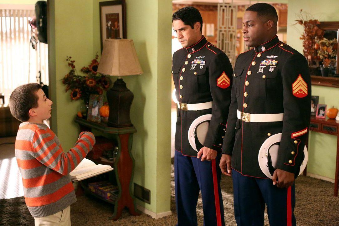 Während Frankie mit der Einladung der Marinesoldaten Martinez (Will F. Vasquez, M.) und Howard (Nick Jones Jr., r.) zum Thanksgiving-Dinner etwas Gu... - Bildquelle: Warner Brothers