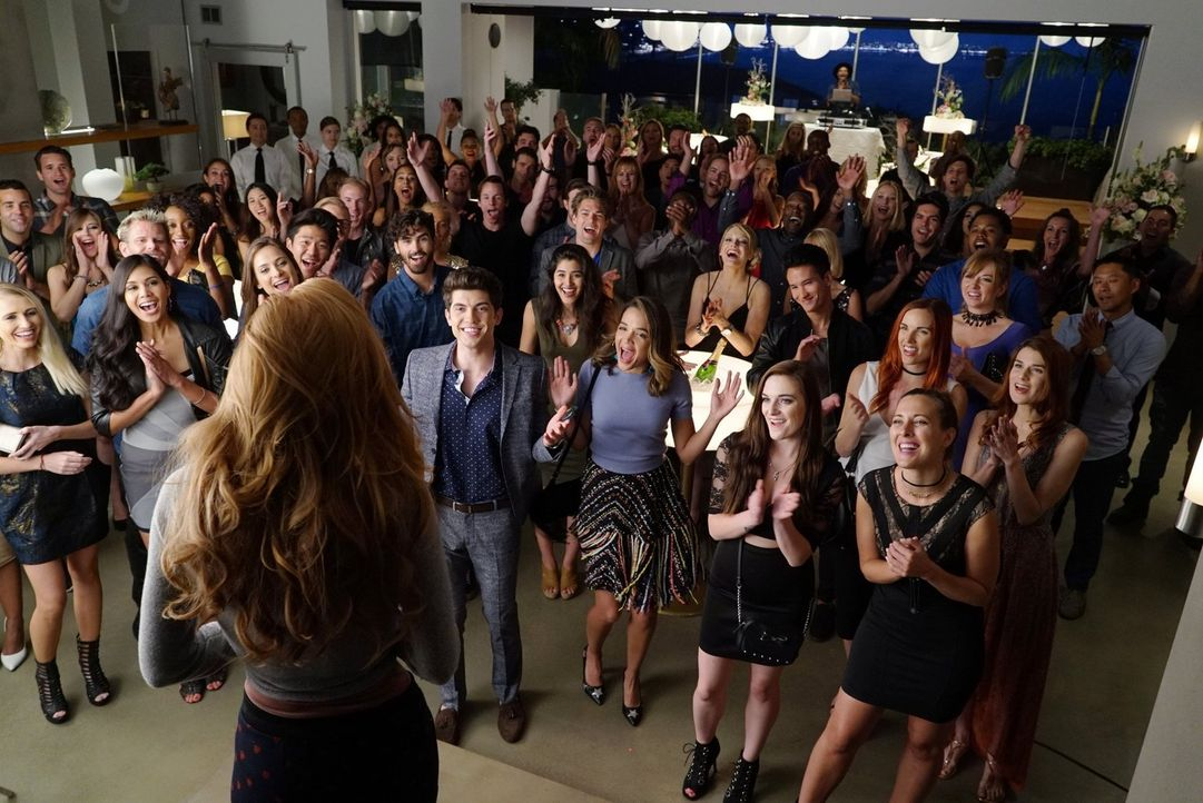 Überraschung! Rainer (Carter Jenkins, 4.v.l) schmeißt für Paiges 21. Geburtstag eine Party - kann er damit bei ihr punkten? - Bildquelle: Warner Bros.