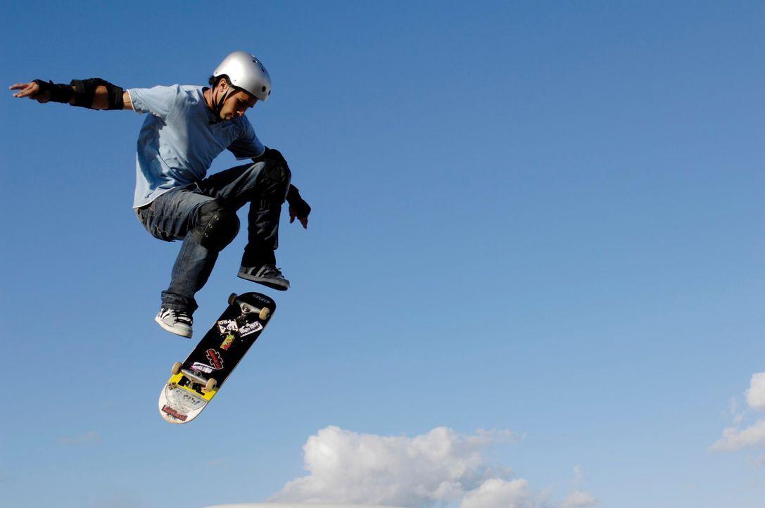 Um dem Dirtboardfahrer Troy den Schneid abzukaufen, lässt sich Johnny Kapahala (Brandon Baker) auf ein gefährliches Wettrennen ein ... - Bildquelle: Disney. All rights reserved