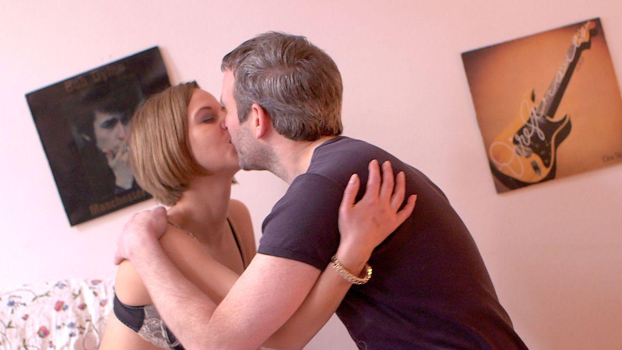 Nach und nach wird Niki (l.) klar, dass sie sich zwischen Jacques und Max (r.) entscheiden muss ... - Bildquelle: SAT.1
