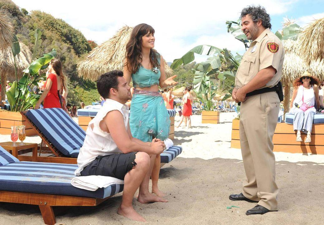 Ein romantischer Ausflug nach Mexiko endet für Nick (Jake Johnson, l.) und Jess (Zooey Deschanel, M.) im Chaos, als die Polizei auftaucht ... - Bildquelle: TM &   2013 Fox and its related entities. All rights reserved.