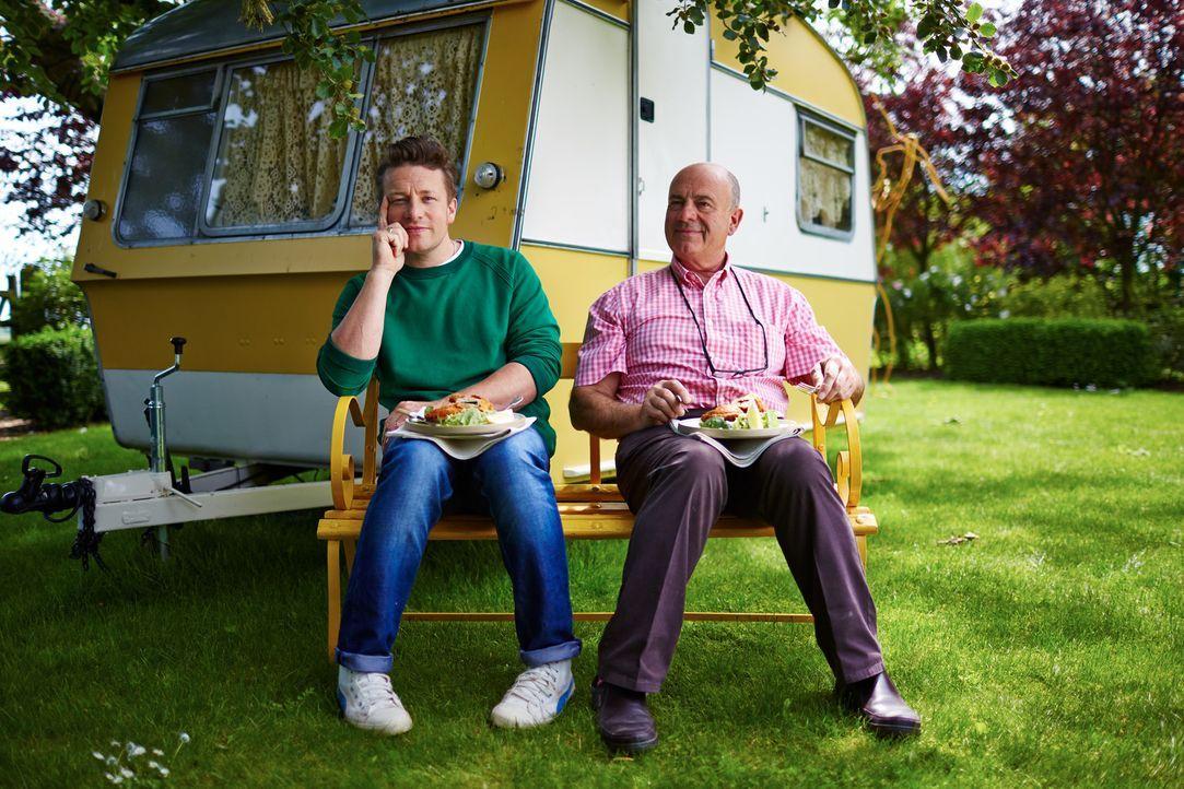 Zusammen mit seinem Vater besinnt sich Jamie Oliver (l.) auf ein typisches Pub-Gericht aus den 80ern ... - Bildquelle: FRESH ONE PRODUCTIONS MMXIV