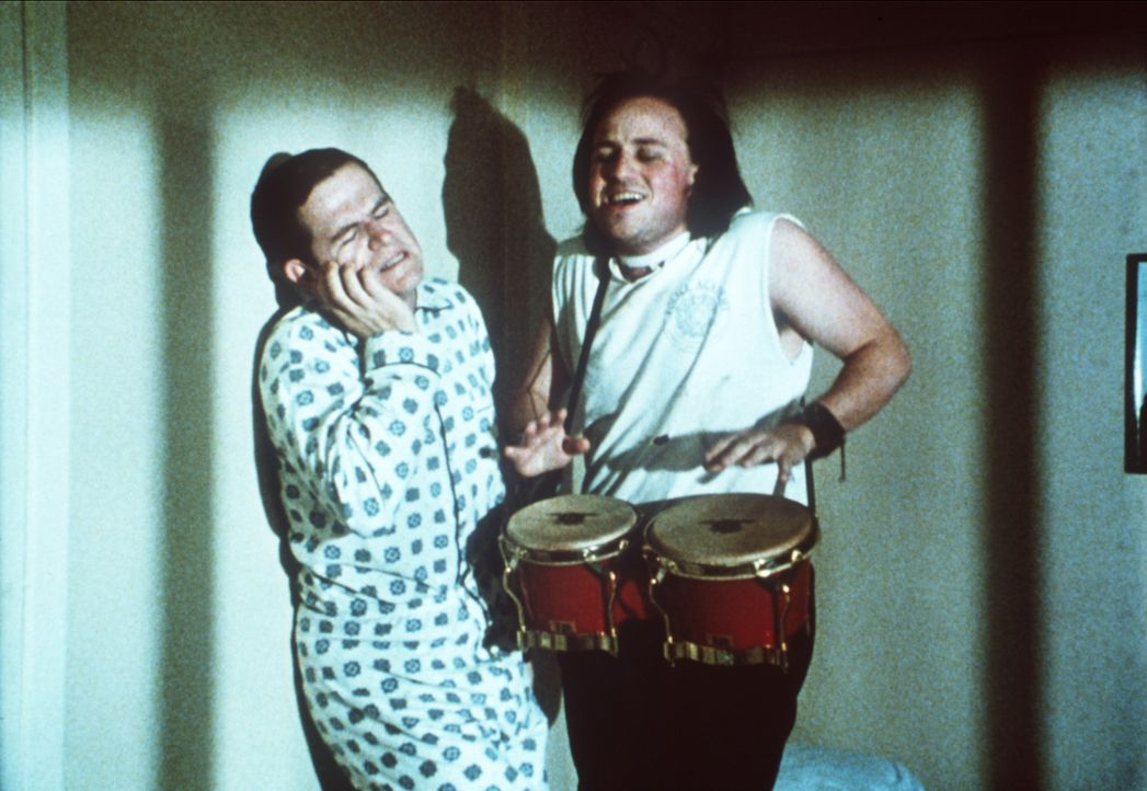 Sweetchuck (Tim Kazurinsky, l.) wird von seinem Zimmernachbarn mit lautem Getrommel geweckt ... - Bildquelle: Warner Bros.