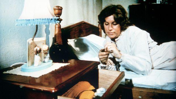 Verzweifelt greift Mary Ellen (Judy Norton-Taylor) zu Medikamenten, um etwas...