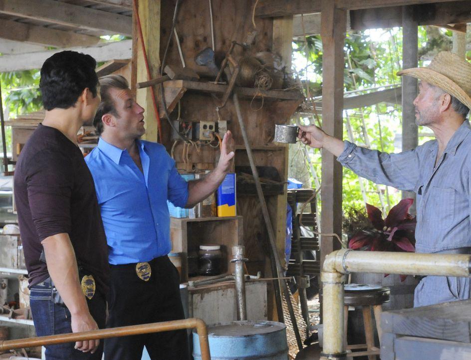 Zusammen mit Choi (George Takei, r.) versuchen Chin (Daniel Dae Kim, l.) und Danny (Scott Caan, M.) einen neuen Fall zu lösen ... - Bildquelle: 2012 CBS Broadcasting, Inc. All Rights Reserved.
