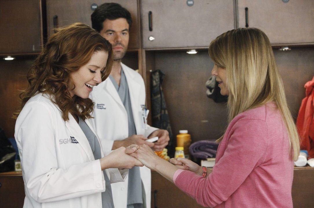 Voller Stolz präsentiert Meredith (Ellen Pompeo, r.) April (Sarah Drew, l.) und Charles (Robert baker, M.) den Verlobungsring, den Alex ihr geschen... - Bildquelle: ABC Studios