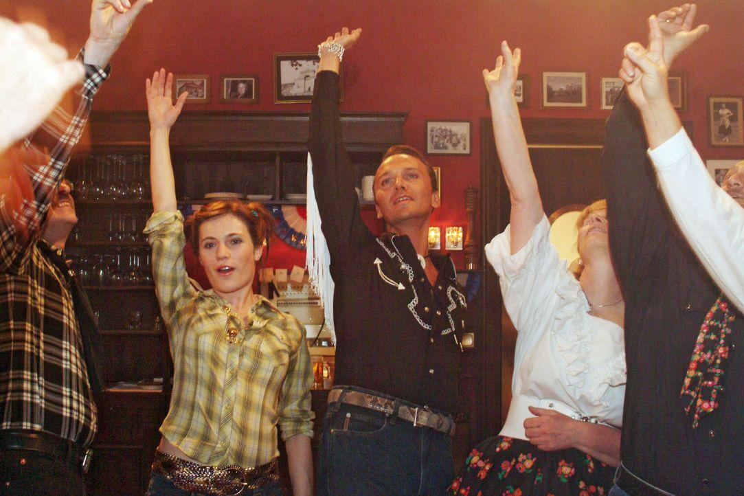 Britta (Susanne Berckhemer, l.) und Hugo (Hubertus Regout, r.) haben Spaß beim Square Dance. - Bildquelle: Monika Schürle Sat.1
