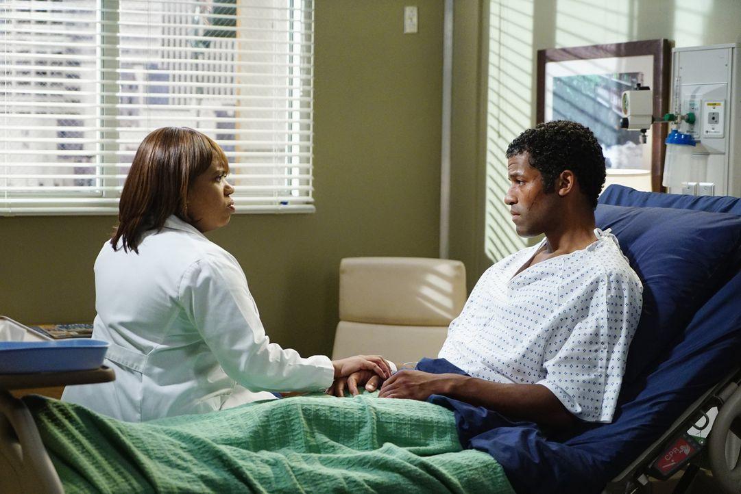 Bens Bruder Kurt (Benjamin Patterson, r.) wird ins Krankenhaus eingeliefert. Ben und Bailey (Chandra Wilson, l.) machen sich daraufhin große Sorgen... - Bildquelle: ABC Studios