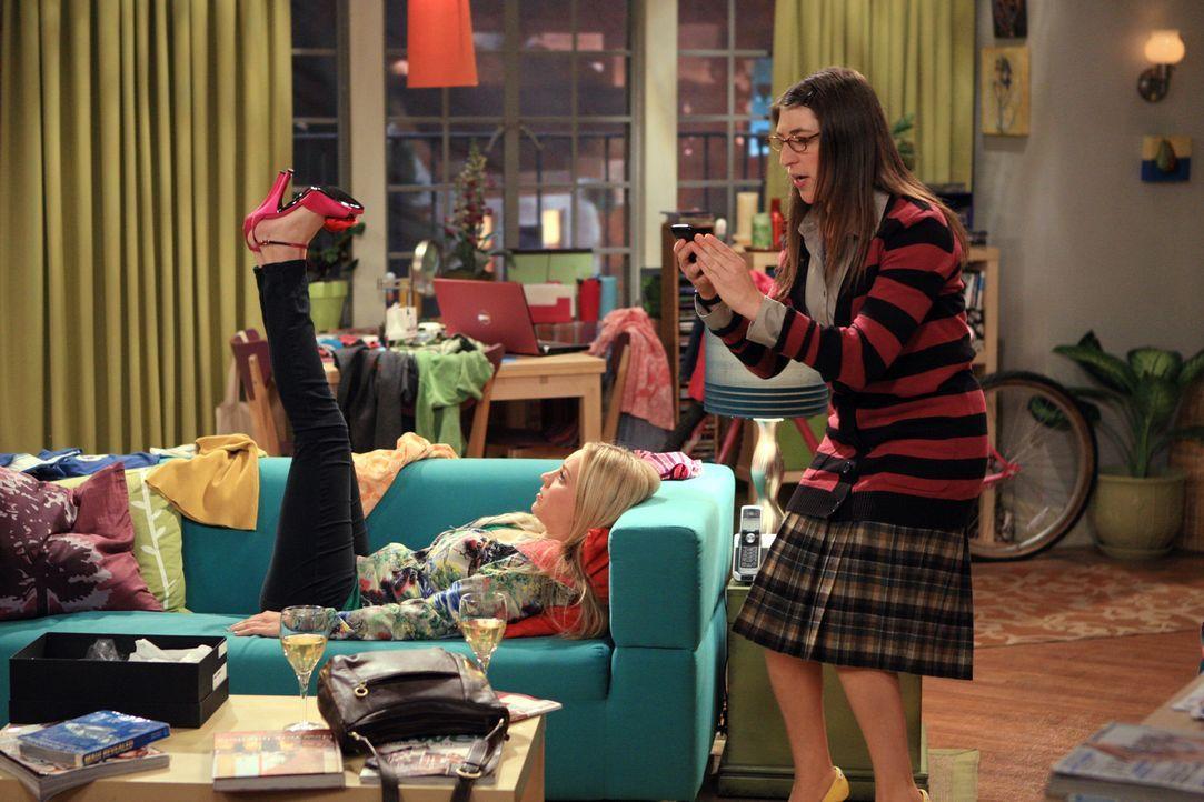 Penny (Kaley Cuoco, l.) und Amy (Mayim Bialik, r.) erfahren, dass Bernadette und Howard von Priya und Leonard zum Essen eingeladen wurden. Amy traut... - Bildquelle: Warner Bros. Television