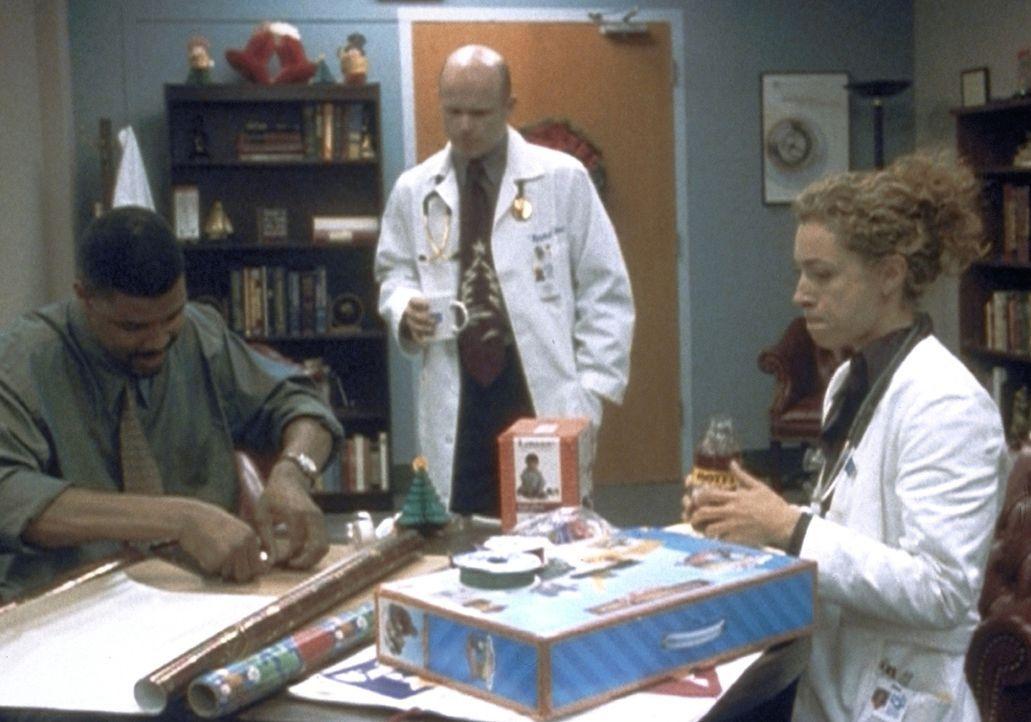 Ein seltener Anblick: Dr. Benton (Eric LaSalle, l.) und Dr. Corday (Alex Kingston, r.) verpacken Weihnachtsgeschenke. - Bildquelle: TM+  2000 WARNER BROS.