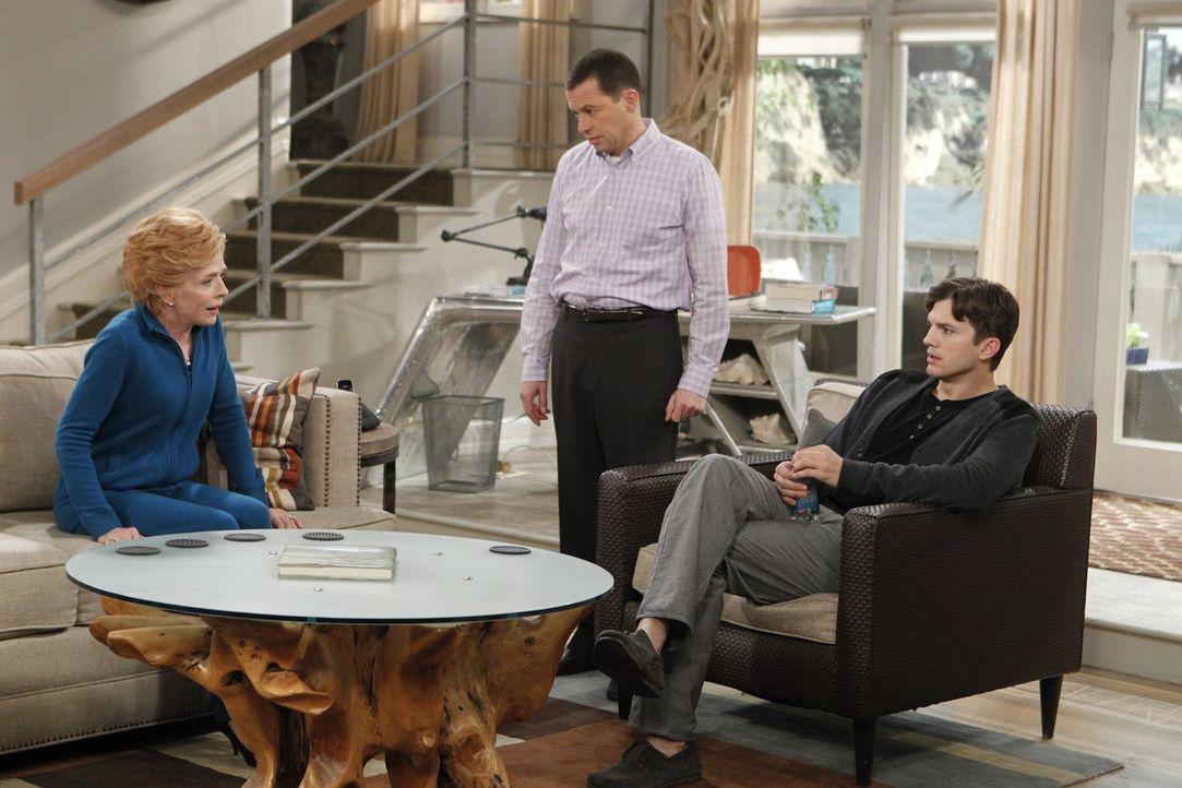 Evelyn (Holland Taylor, l.) bereitet Alan (Jon Cryer, M.) und Walden (Ashton Kutcher, r.) auf ihre bevorstehende Hochzeit mit Marty vor ... - Bildquelle: Warner Brothers Entertainment Inc.