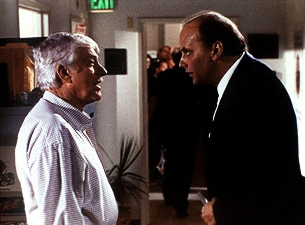 Dr. Mark Sloan (Dick Van Dyke, l.) unterhält sich mit dem Leichenbeschauer Dr. Alvin Blank (Kurt Fuller, r.) über eine grausame Serie von Ritualmord... - Bildquelle: Viacom