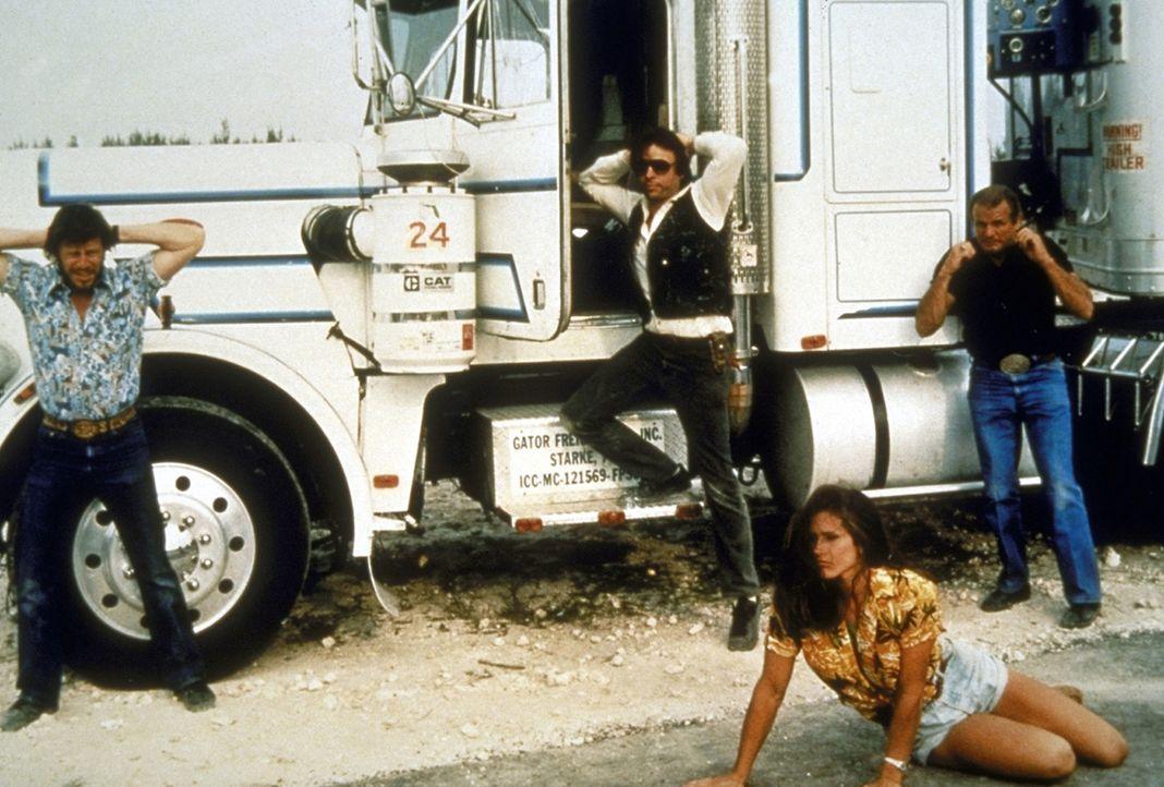 Zusammen mit Anabella (Rhonda Lundstead) gelingt es dem Polizeiduo, einige Komplizen von Gangster Garrett festzunehmen ...