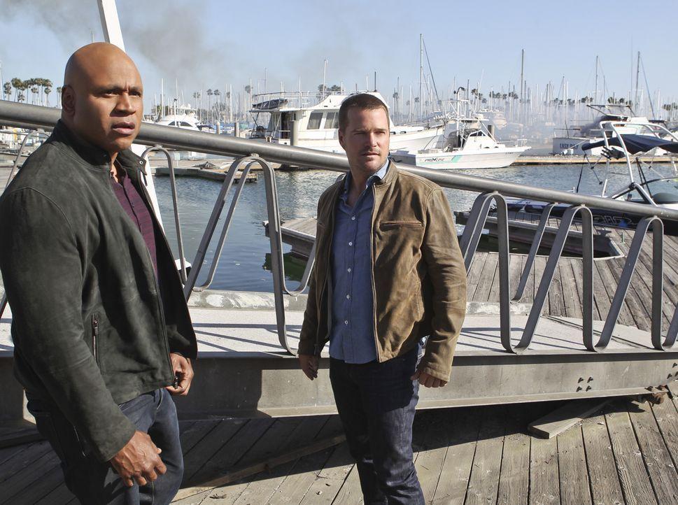 Eine FBI-Streife hält Sam (LL Cool J, l.) und Callen (Chris O'Donnell, r.) auf offener Straße an und verhaftet Sam, da er beschuldigt wird, eine jun... - Bildquelle: 2014 CBS Broadcasting, Inc. All Rights Reserved.
