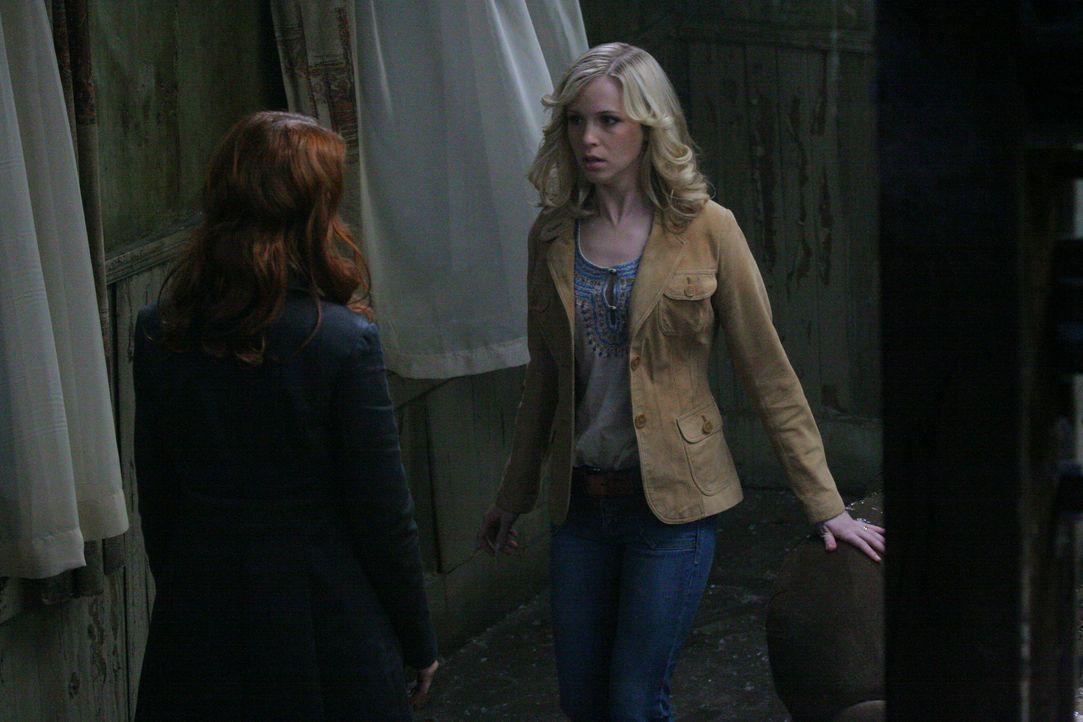 Da Anna (Julie McNiven, l.) nicht die Macht hat, Sam zu töten, macht sie eine Zeitreise in die Vergangenheit, um Sam und Deans Eltern (Amy Gumenick... - Bildquelle: Warner Bros. Television