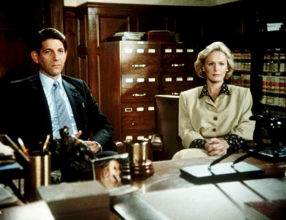Der Mordprozess wird auch zu einer persönlichen Fehde zwischen Staatsanwalt Thomas Krasny (Peter Coyote, l.) und Verteidigerin Teddy Barnes (Glenn... - Bildquelle: Columbia Pictures
